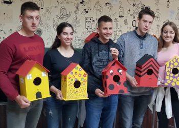 Gimnazijaci sa svojim kućicama za ptice | V. Jankov