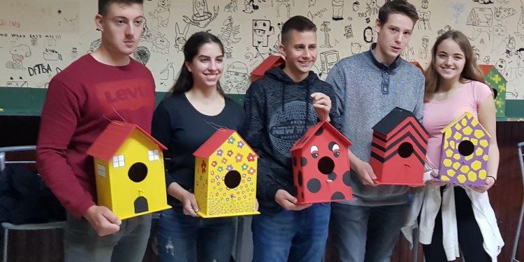 Gimnazijaci sa svojim kućicama za ptice   V. Jankov