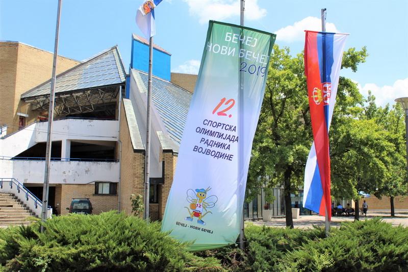 Da nema olimpijske zastave ispred sportskog centra, niko ne bi znao da se u njemu održava nešto važno | Foto: Vlastimir Jankov