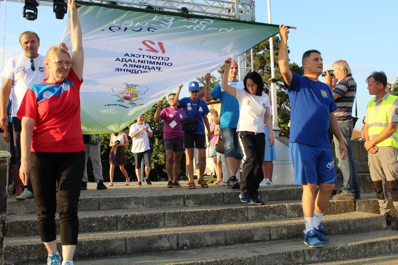 Istaknuti predstavnici regiona uneli su olimpijsku zastavu | Foto: Vlastimir Jankov