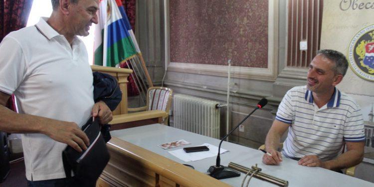 Stari predsednik Dragan Knežev i novoimenovani Zoltan Guljaš | Foto: Vlastimir Jankov