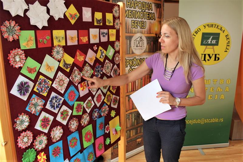 Učiteljica Dragana Banović pokazuje već urađene eksponate | Foto: Vlastimir Jankov