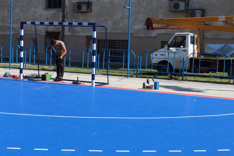 Umesto takmičara u malom fudbalu, na terenu su majstori bili | Foto: Vlastimir Jankov