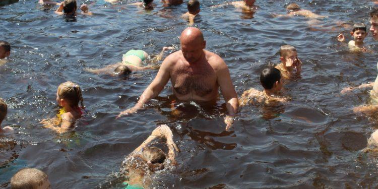 Endre Hegediš u ulozi plivačkog instruktora | Foto: Vlastimir Jankov