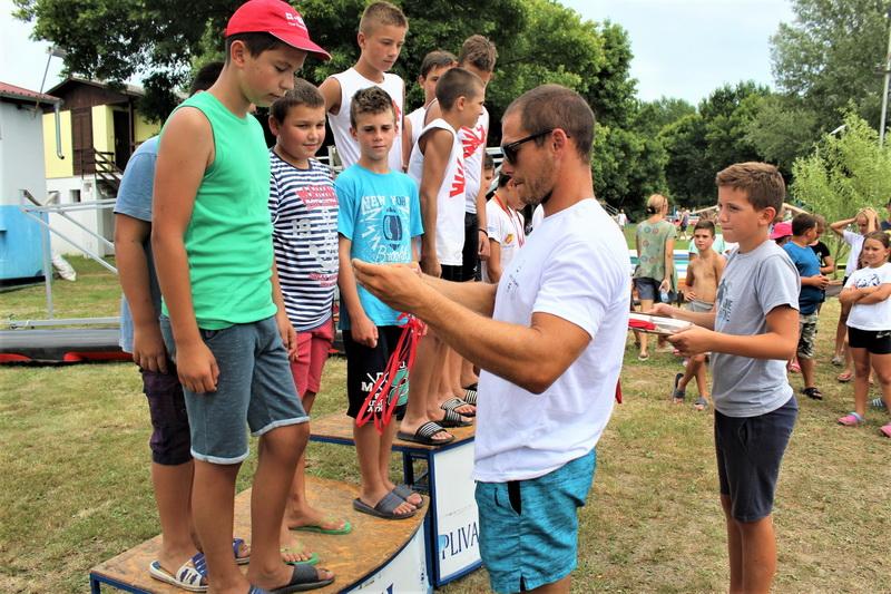 Marko Tomićević uručuje medalje najuspešnijima | Foto: Vlastimir Jankov