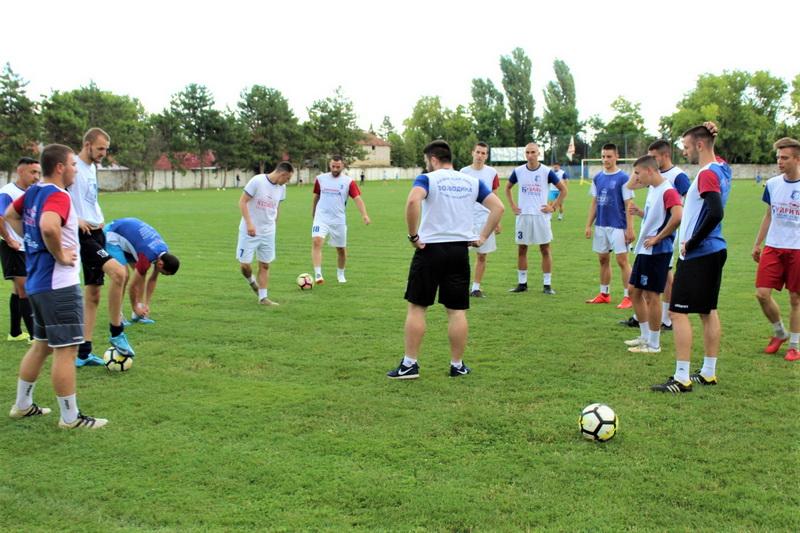 Trener Lazar Dabižljević (okrenut leđima) daje savete igračima na prvom treningu pred novu sezonu | Foto: Vlastimir Jankov