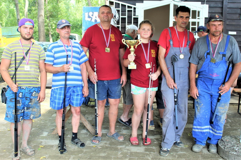 Tri najuspešnije ekipe pecaroškog maratona u Bačkom Petrovom Selu| Foto: Vlastimir Jankov