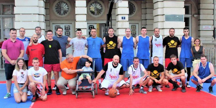 Zajednički snimak učesnika završice i organizatora sa dečakom Aleksom Cukićem | Foto: Vlastimir Jankov