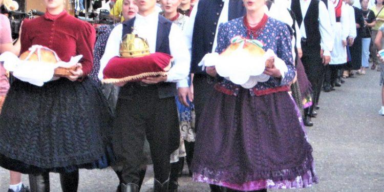 Povorka s novim hlebom i replikom mađarske krune | Foto: Vlastimir Jankov