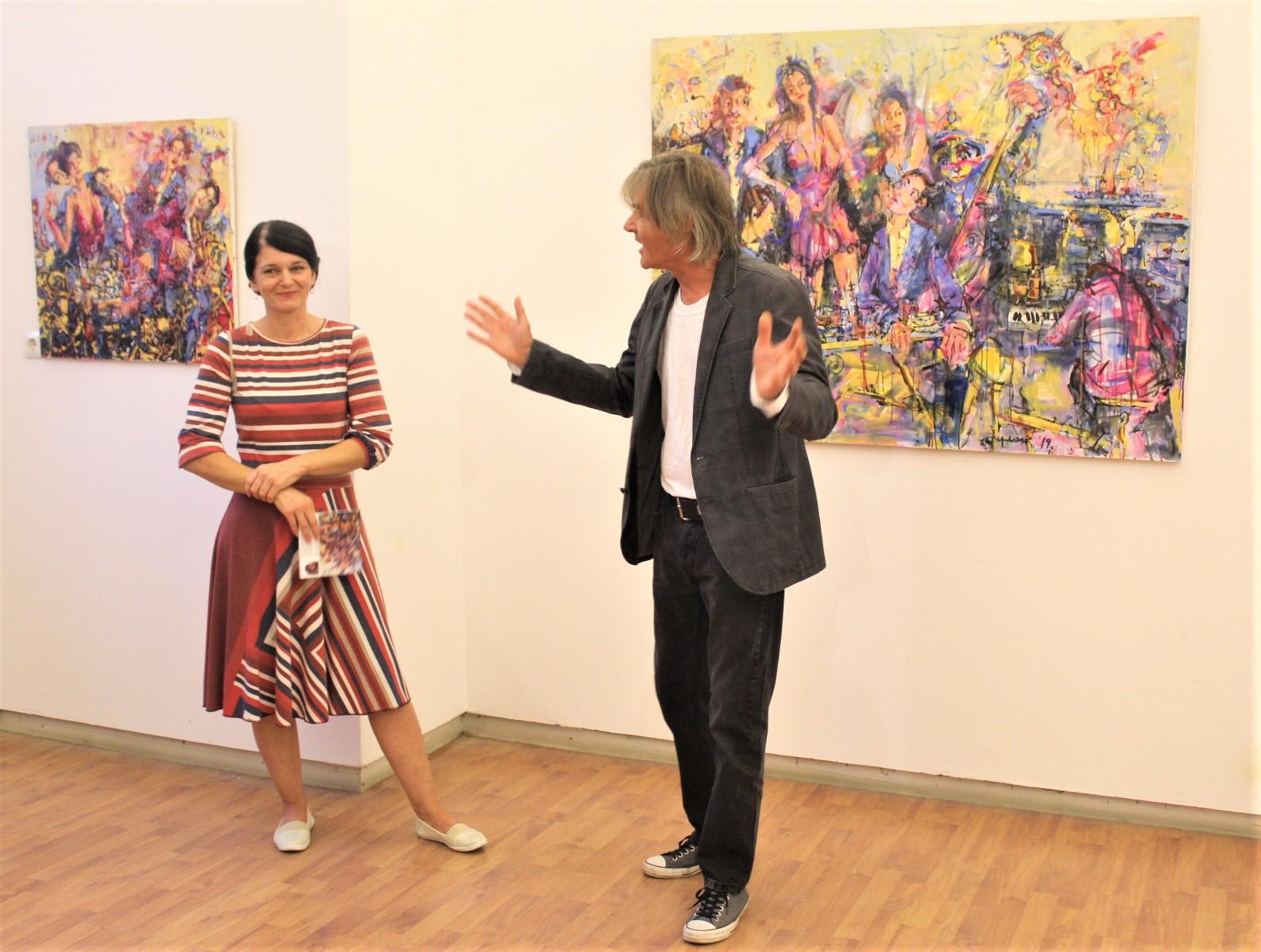 Autor Slavko Ferlan i Gabriela Sel ispred svojih slika