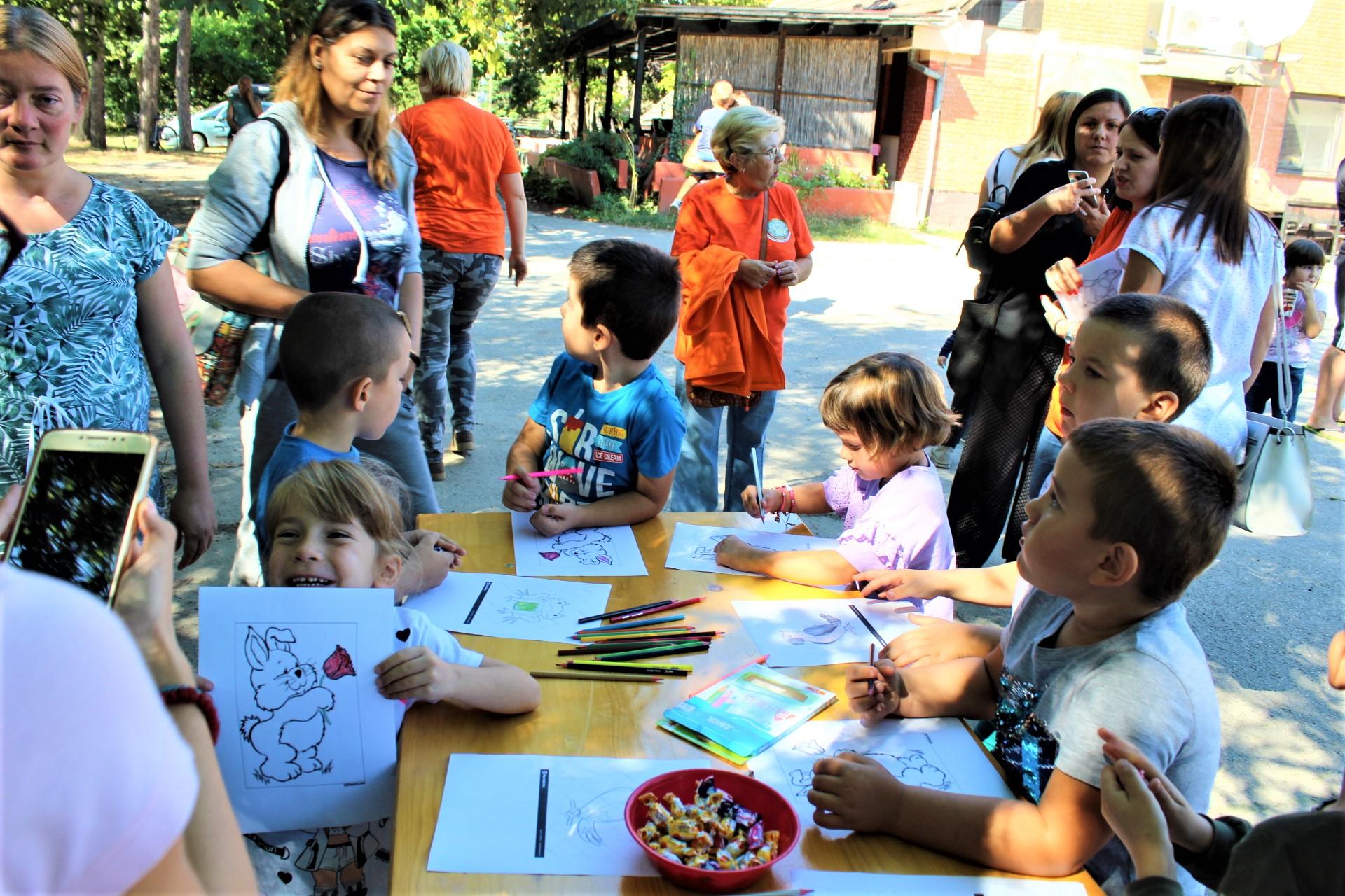 Deca na radnom zadatku crtanja životinja