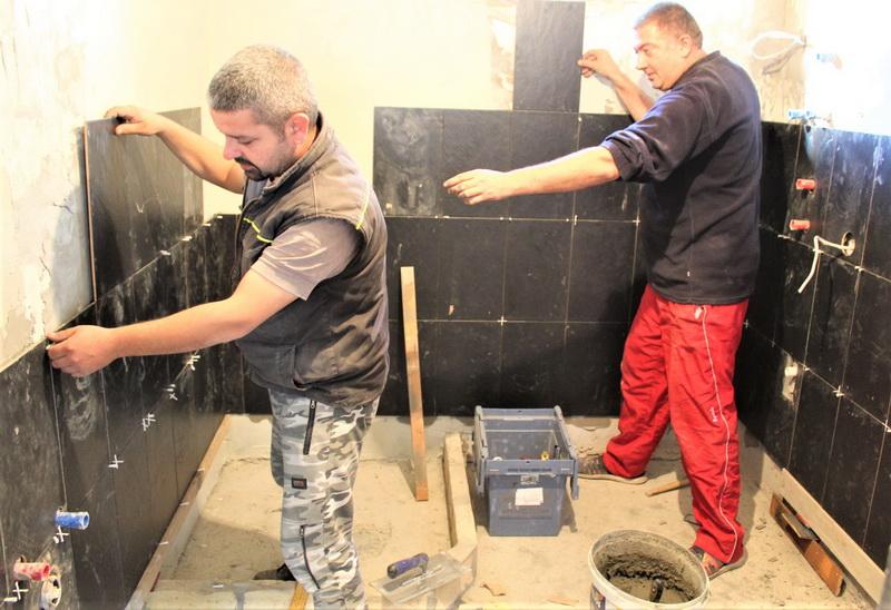 Keramičar Milan Siljega sa Ilijom u kupatilu