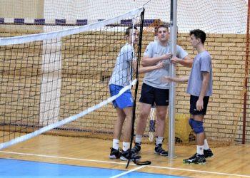 Najmlađi Dušan Gajičić, Miloš Rakić i Ilija Bašić pripremju mrežu za trening
