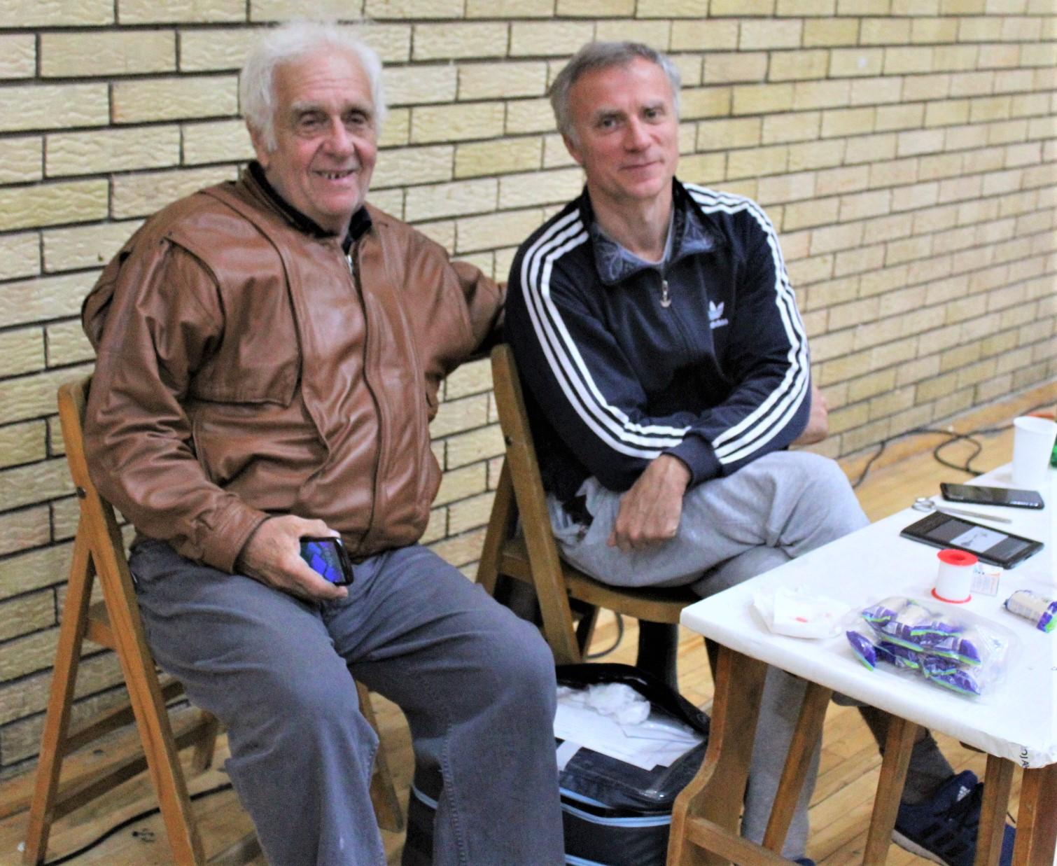 Nekadašnji dežurni lekar dr Bogdan Aleksandić i sadašnji dr Andrej Mihajlović | Foto: Vlastimir Jankov