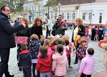 Predsednik opštine i koordinatorke Dečije nedelje u Bečeju među najmlađima | Foto: V. Jankov