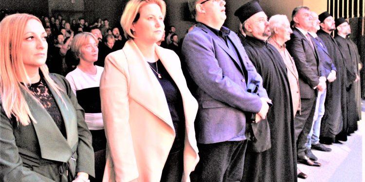 Uvaženi gosti i njihovi domaćini na svečanoj akademiji u Bečeju