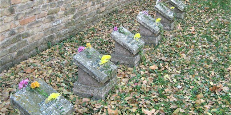 """Spomen obeležje """"Zid smrti"""" u Bečeju"""