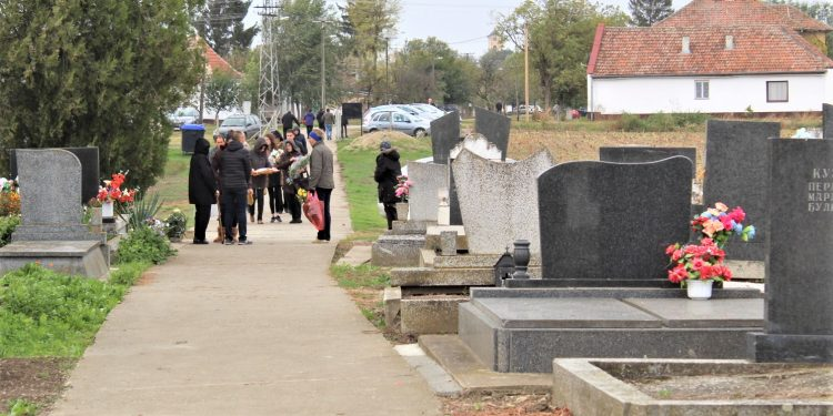 U kolonama se dolazilo na pravoslavno groblje u Bočaru