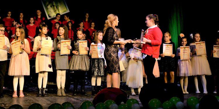 Đijanta Lovaš uručuje gran pri Violi Štefaniga pred ostalim učesnicima
