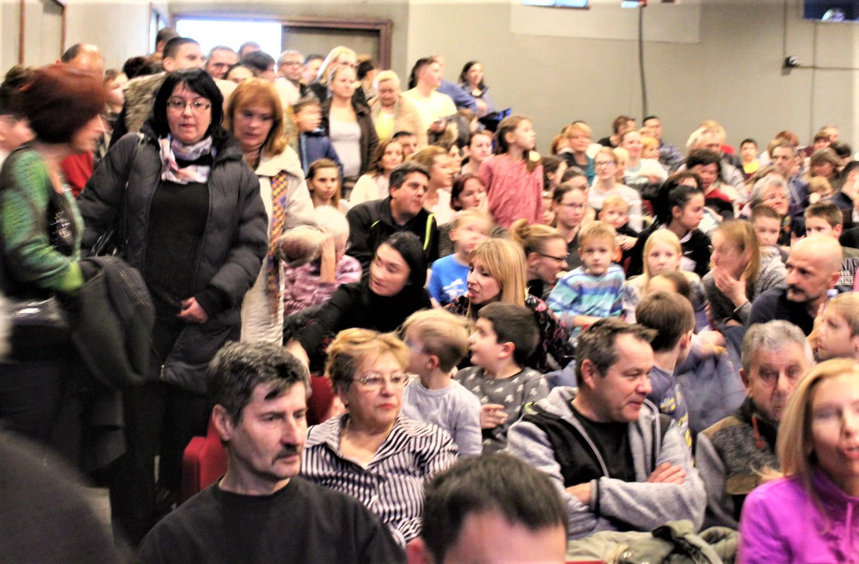 Publika u sali, kao sardine u limenci