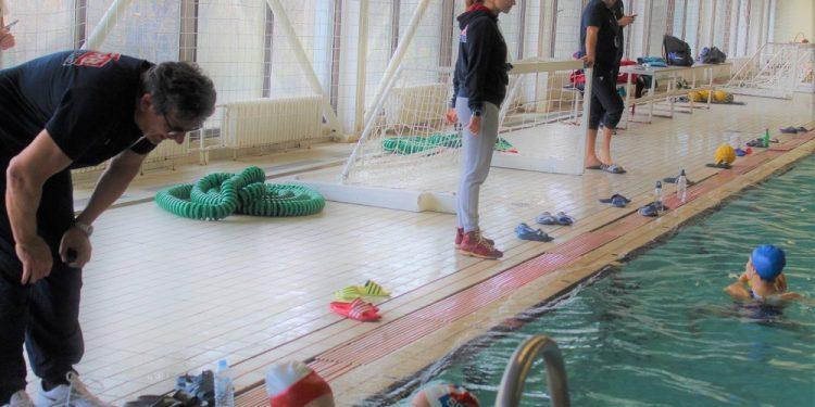Selektorka vaterpolistkinja Srbije Dragana Ivković sa kolegama kraj bazena   Foto: V. Jankov