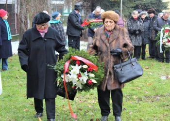 Delegacija boračke organizacije polaže venac na spomen obeležje Zid smrti