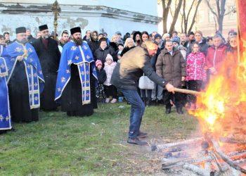 Crkveni badnjak zapalio je kum Zoran Popov