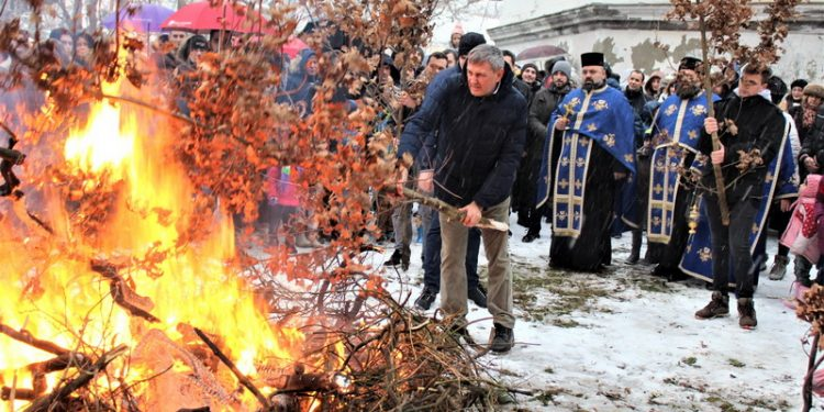 Sa lanjskog palenja badnjaka u porti bečejske crkve
