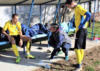 Kad nema table, dobar je i beton šefu struke Milanu Beliću za davanje instrukcije Strahinji Iliću (sedi) i Nebojši Pavloviću