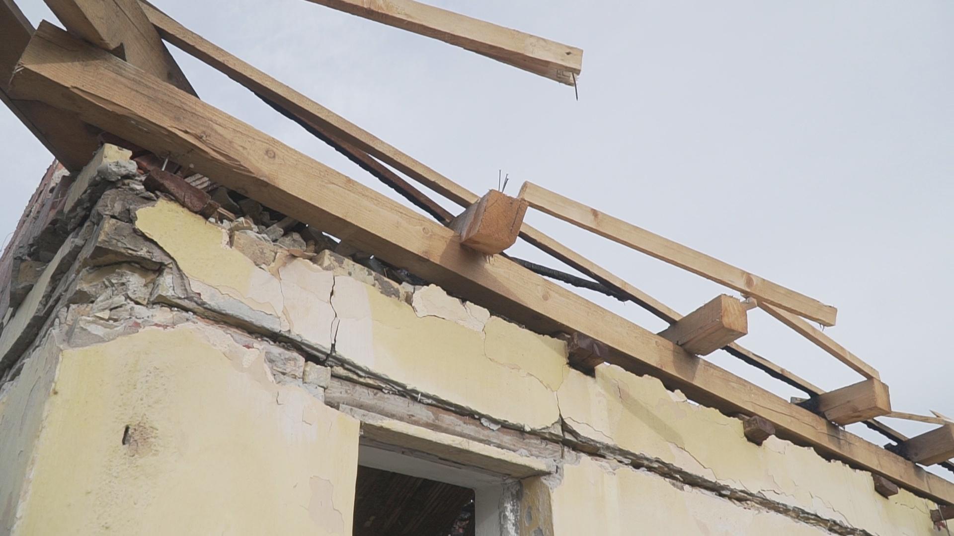 Nedavno obnovljena krovna konstrukcija uništena