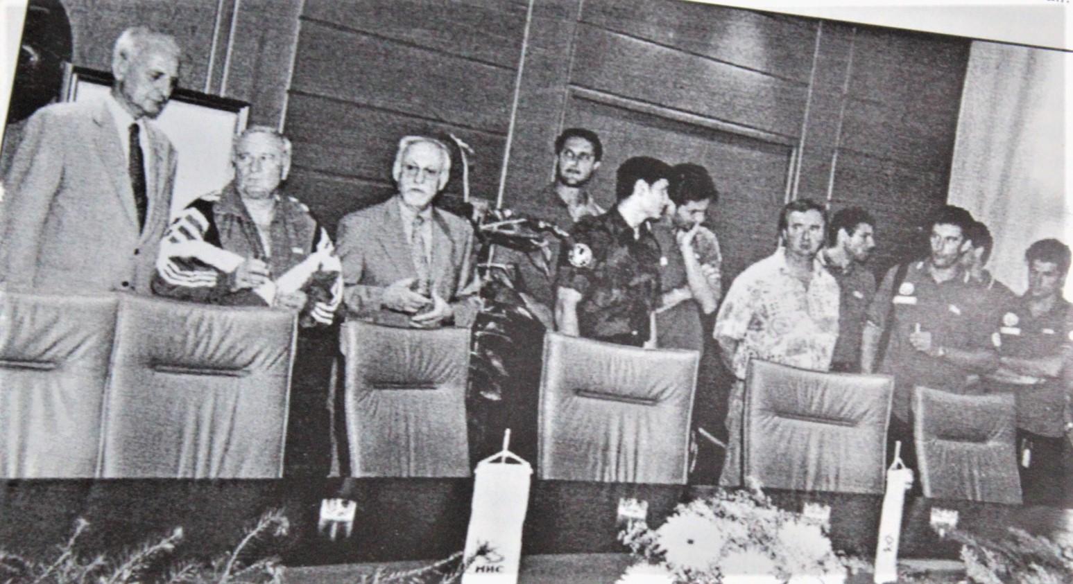 Saigrači u klupskoj opremi, a Predrag Zmonjić na prijemu u vojničkoj uniformi, fotografisano iz novina