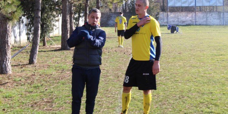 Trener Bečejaca Milan Belić daje savete Vladimiru Ostojiću
