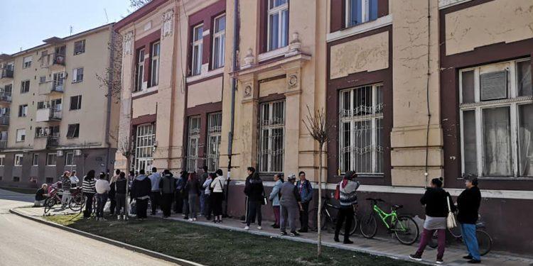 Ispred pošte u Bečeju