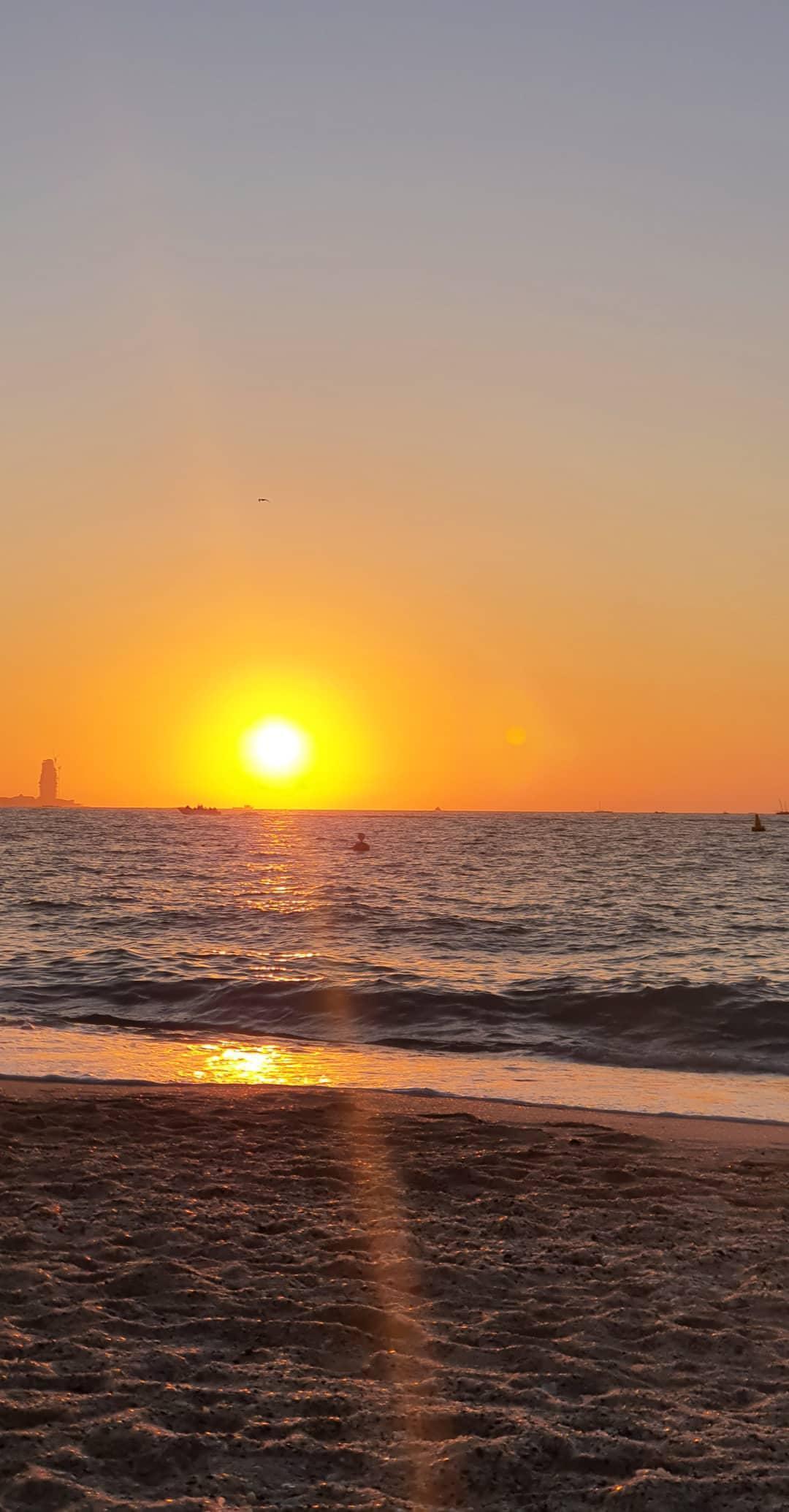 Zalasci Sunca posmatraju se sa prozora