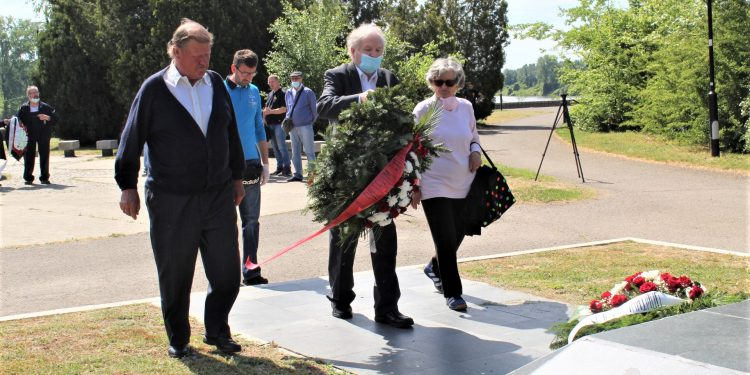 Delegacija bečejske boračke organizacije polaže venac na spomenik Pobeda