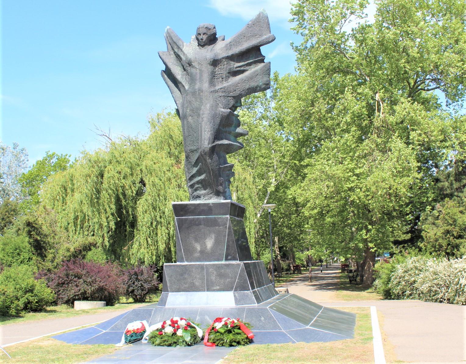 Spomenik Pobede sa vencima položenim u znak sećanja na Dan pobede