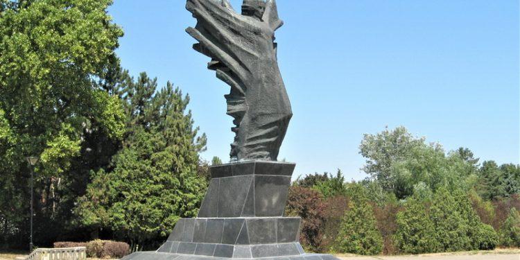 Bečejski spomenik Sloboda sada krasi šetalište kraj Tise