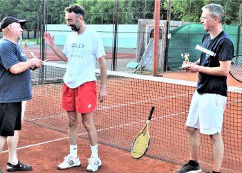Trenutak kad Jožef Botka uručuje priznanje pobedniku Jugoslavu Davidoviću i drugoplasiranom Mirku Mrkšiću | Foto: V. Jankov