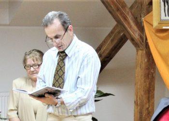 Dragan Savić Dragović čita svoje delo, a u pozadini je supruga Dragana | Foto: V. Jankov