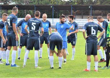 Trener Lazar Dabižljević sa igračima pred utakmicu