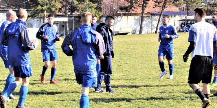 Trener Vojvodine Lazar Dabižljević sa igračima pred jednu od utakmica