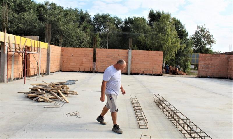 Poslovođa gradilišta Mihalj Tot tvrdi da sve teče po planu | Foto: Vlastimir Jankov