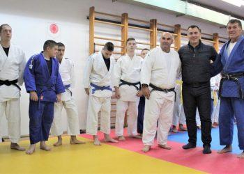 Dane Mandić i treneri Aleksandar Grbić i Milorad Lončarević sa bečejskim džudistima u novouređenoj sali