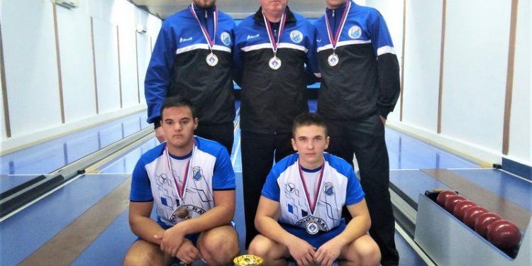 Ponovo vicešampioni države Stefan Vojnović, trener Milan Kaćanski, Gabor Kurcinak stoje, a Marko Erdeljan i Hunor Radatovič čuče