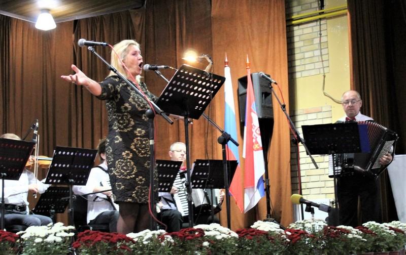 """Merima Njegomir u pratnji Gradskog orkestra """"BEUS"""" iz Bečeja"""