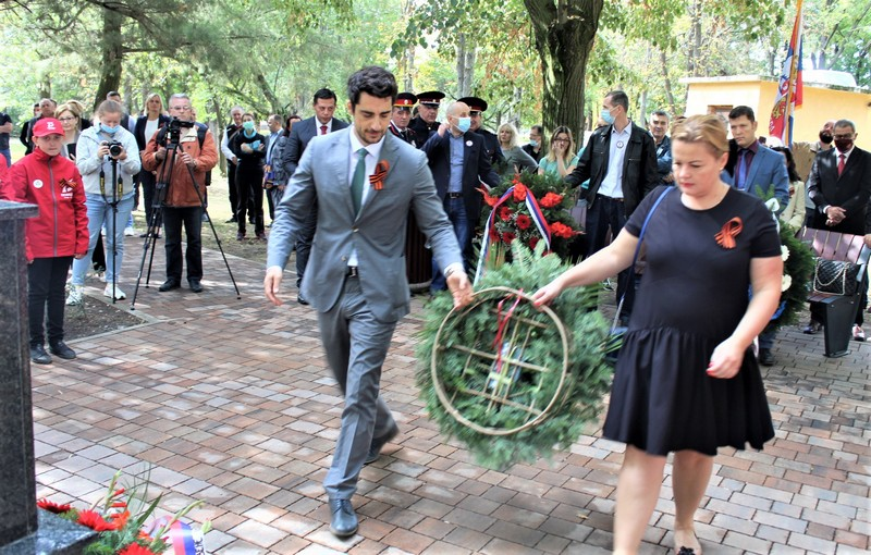 Predstavnici Ruskog doma polažu venac