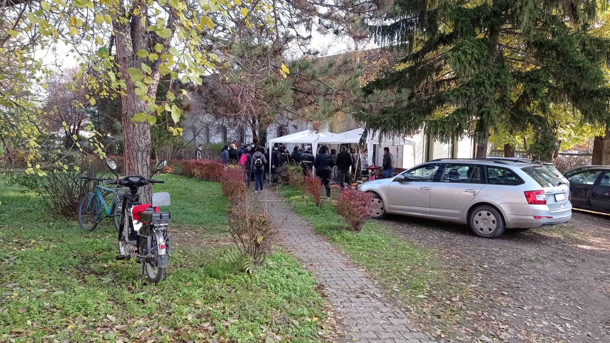 Gužve ispred kovid ambulante u Bečeju
