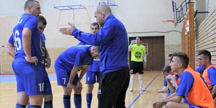 Trener Bečejaca Igor Šošo u tajm autu sa igračima