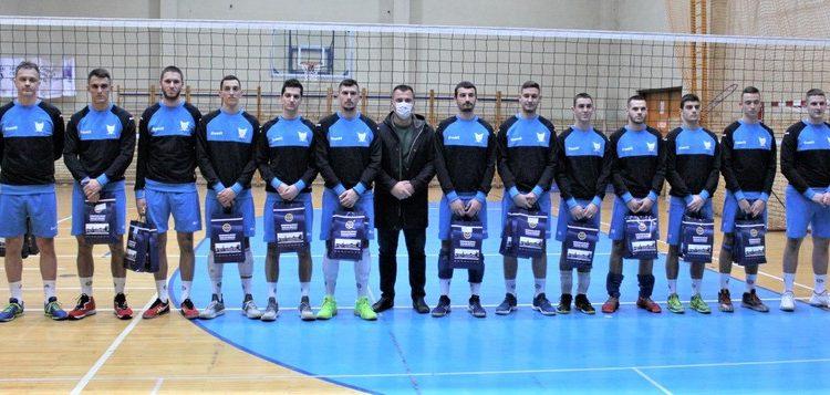 Član Opštinskog veća zadužen za omladinu i sport Dane Mandić s odbojkašima Bečeja