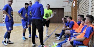 Futsaleri Bečeja pažljivo slušaju savete trenera Igora Šoša u tajm autu